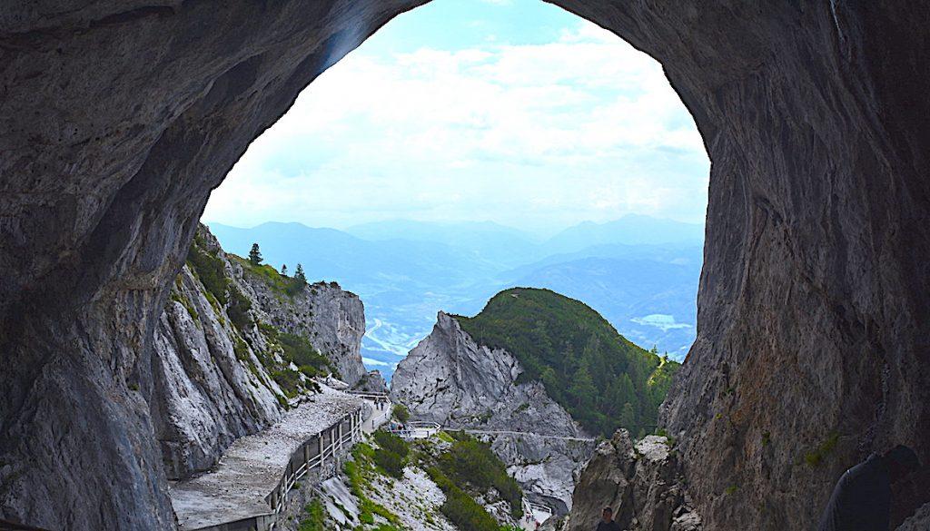 Vi tittar ut från Eisriesenwelt i Österrike