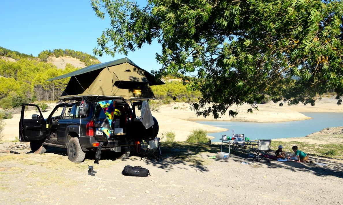 Familjen campar vid en sjö i spanska Pyrenéerna förra sommaren