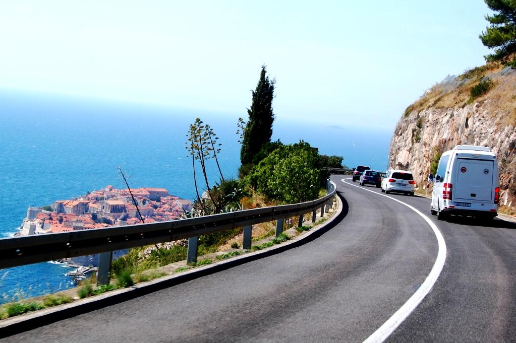 Vägarna i Kroatien är väldigt fina - nedanför skymtar Dubrovnik