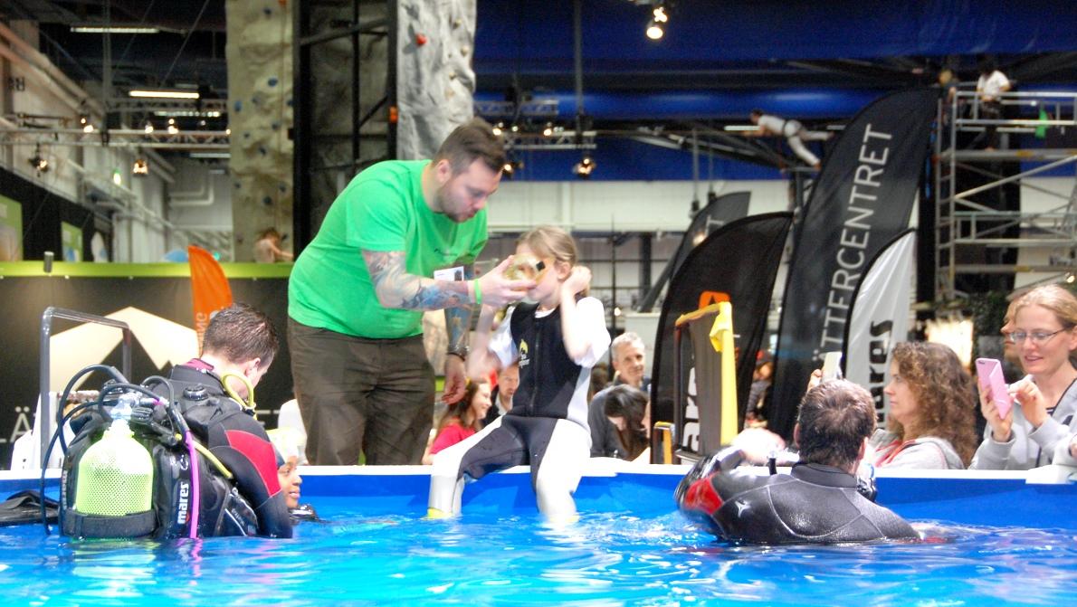 Alla som var minst 8 år kunde prova på dykning i bassäng