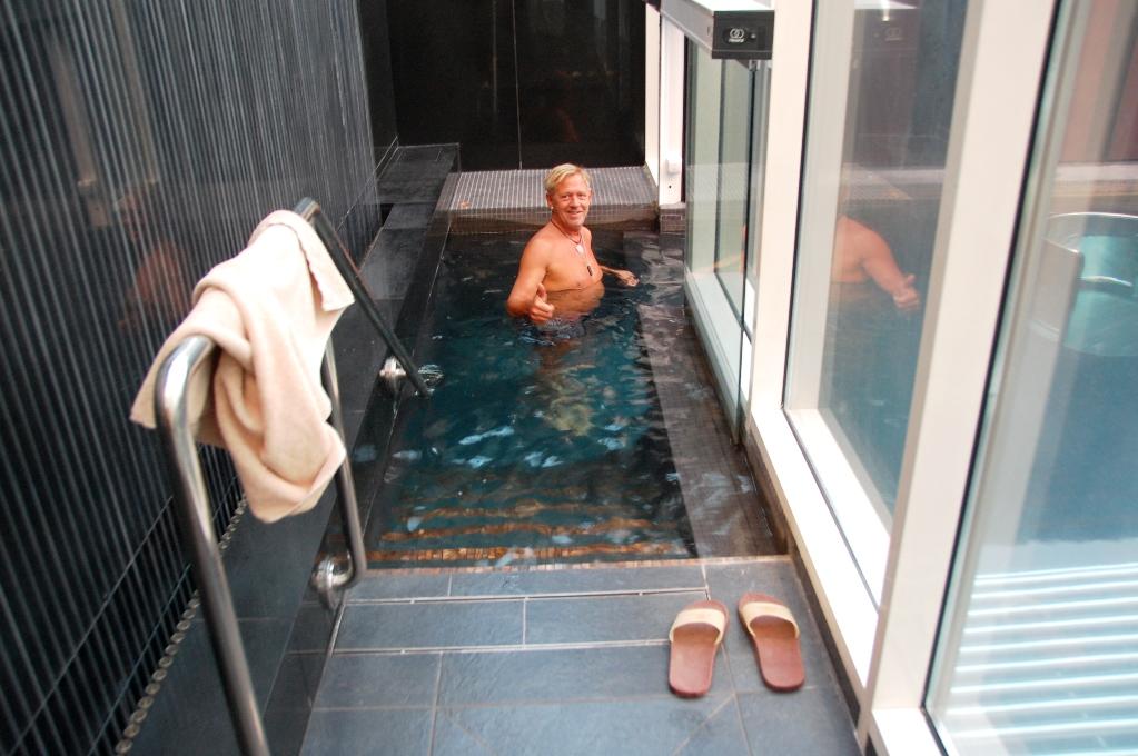 Peter på väg ner i bubbelpoolen på ESPA spa i Riga