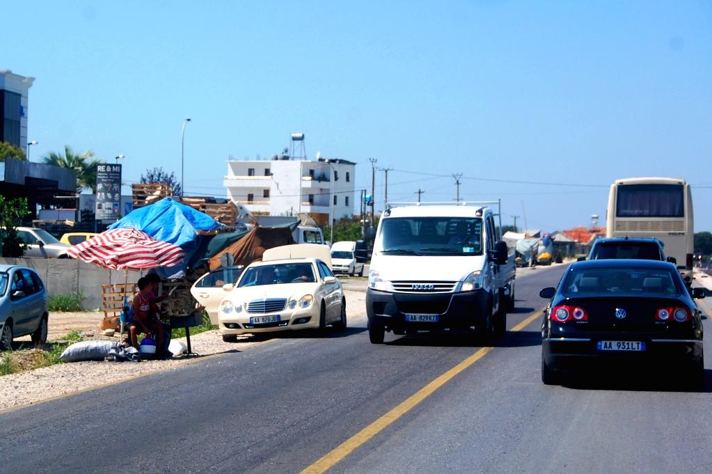 Försäljare vid den albanska motorvägen