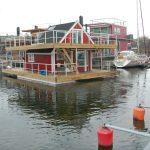 Ett hus åker förbi – en farande husbåt