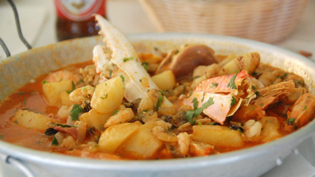 Portugisisk fiskgryta på restaurang