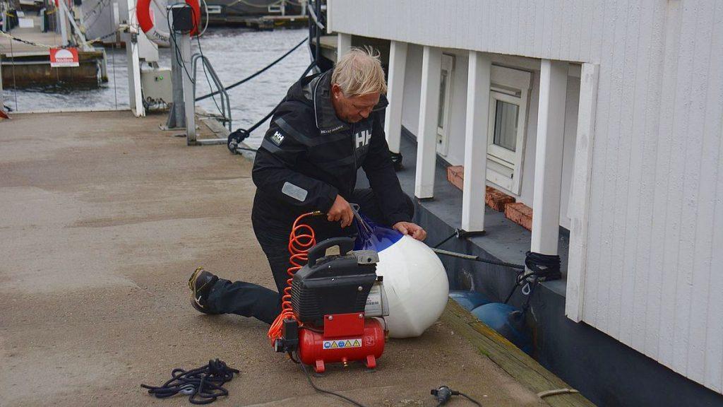 Husbåtsliv i november - blåsa upp fendrar