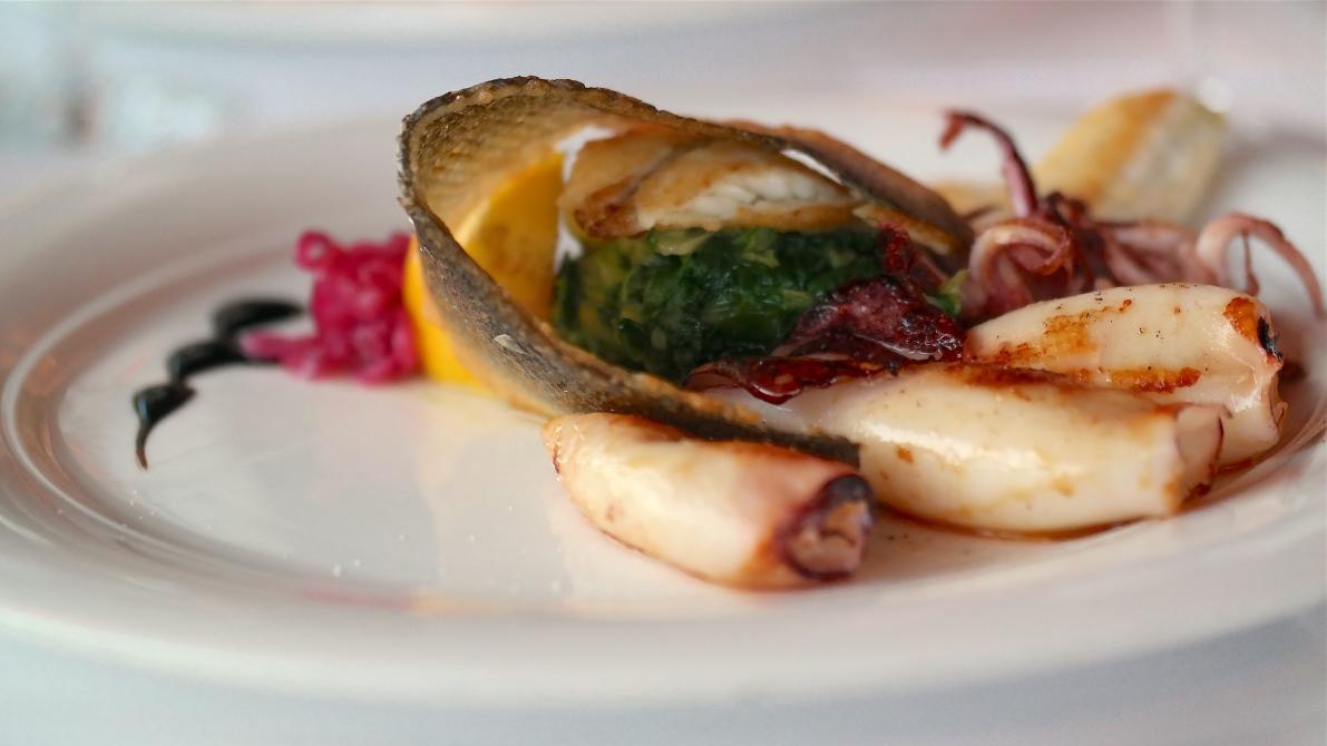 Färsk fisk och bläckfisk med tillbehör