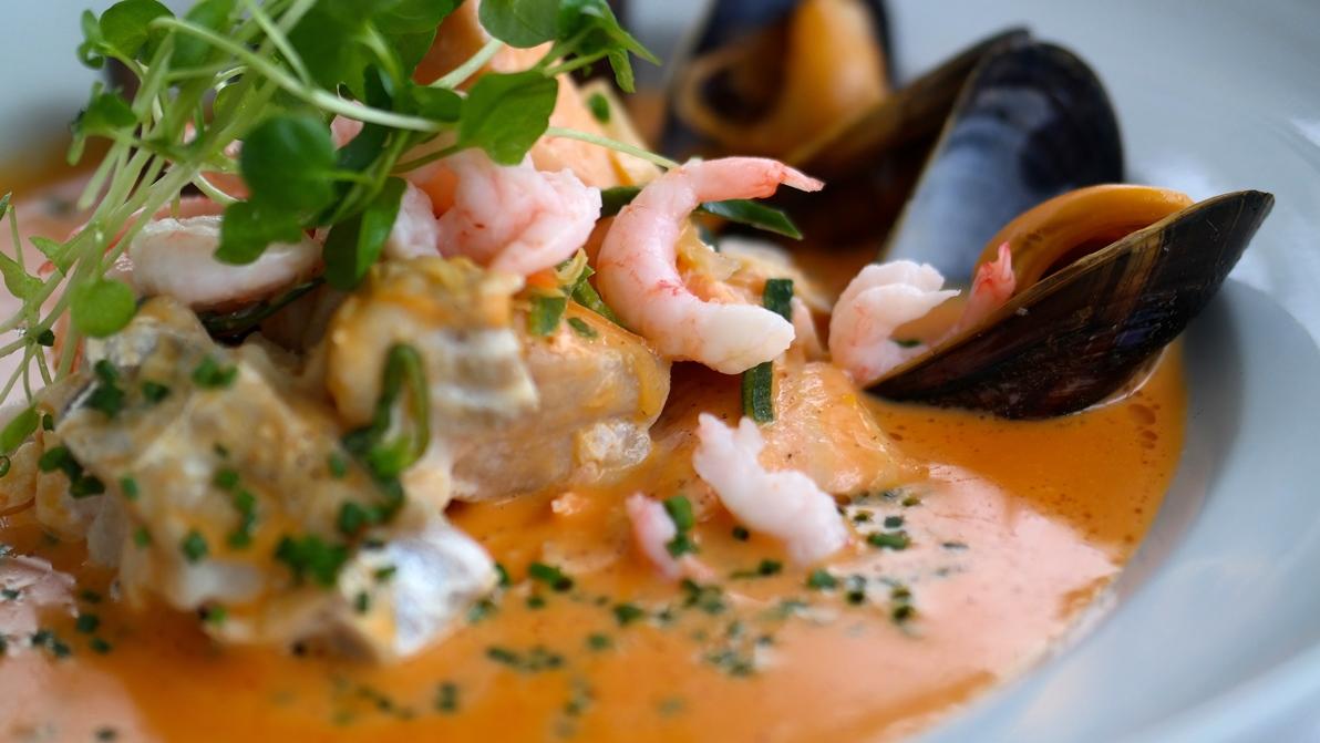 Fiskgryta med torsk, lax, räkor och musslor