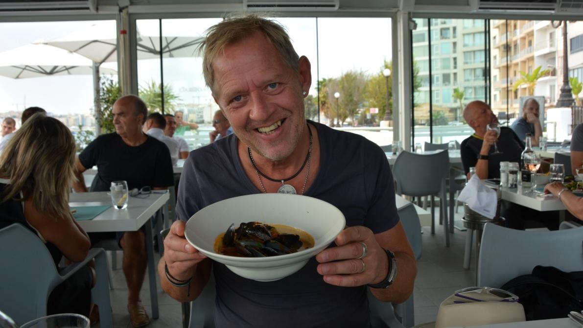 Peter med din förrätt, en musselsoppa