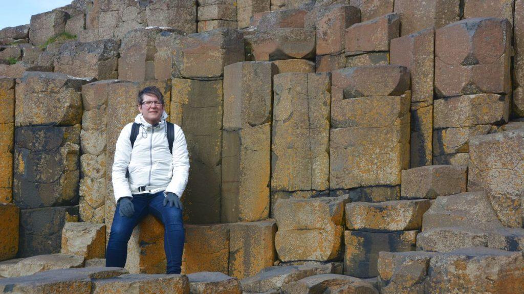 Helena vid några av stenarna vid Giant's Causeway