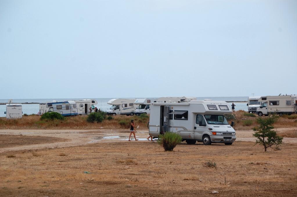 Husbilar står överallt längs kusten - både på ställplatser och helt oorganiserat