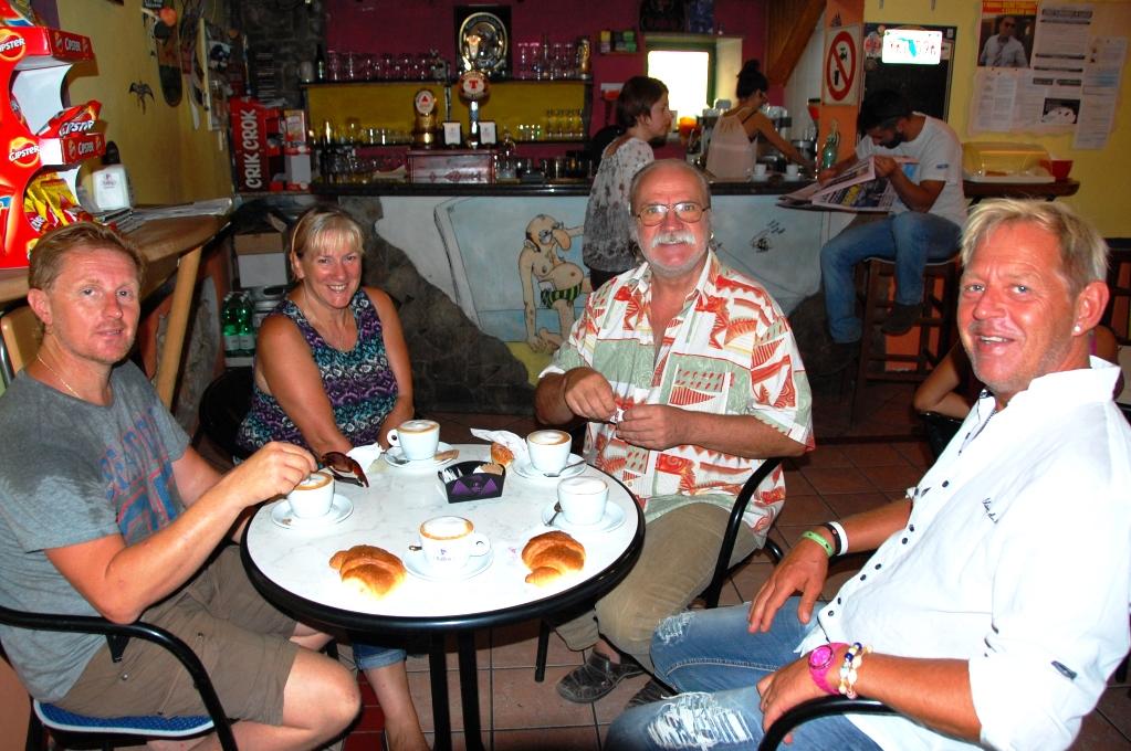 Frukost på den lokala baren/klubben i Scani di Montiferro