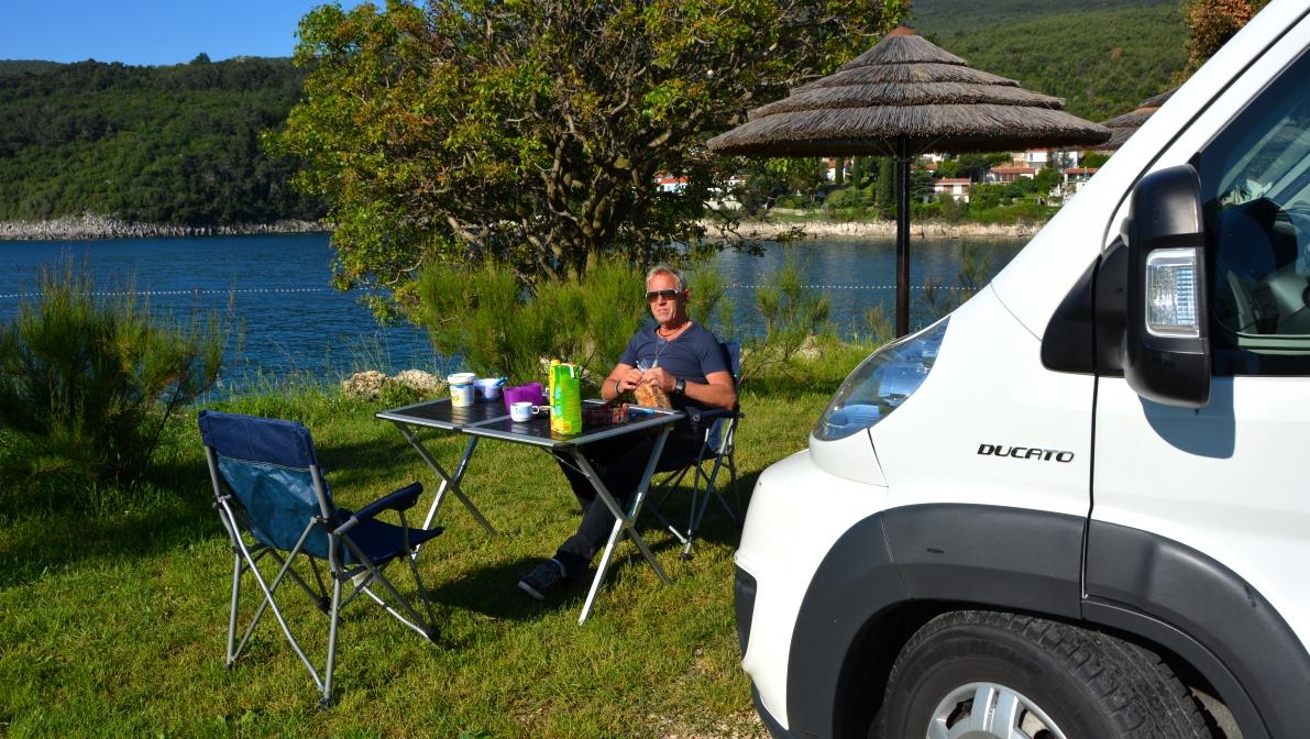 Peter äter frukost på camping Marina