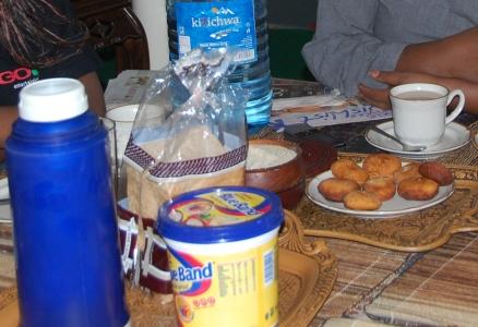 Frukost med te, rostbröd, Blue Band och mandazi