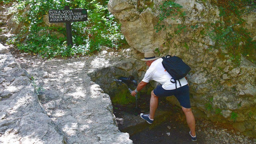 Fylla på vatten i Paklenica nationalpark i Kroatien