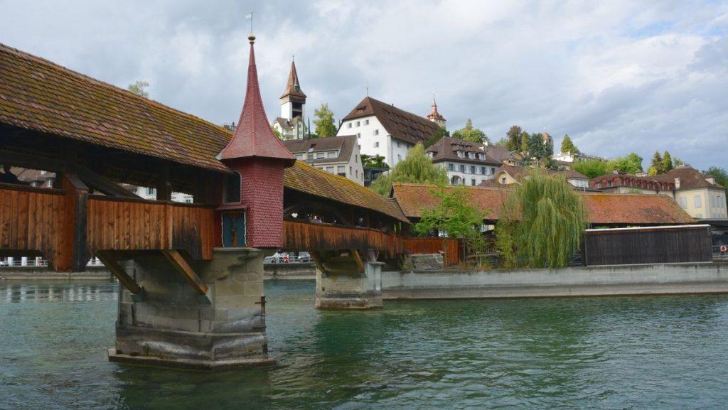 Vid Spreuerbrücke i Luzern i Schweiz