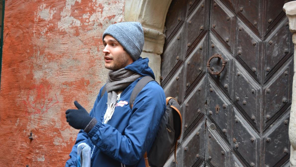Här står vår guide framför den allra äldsta porten i Gamla stan