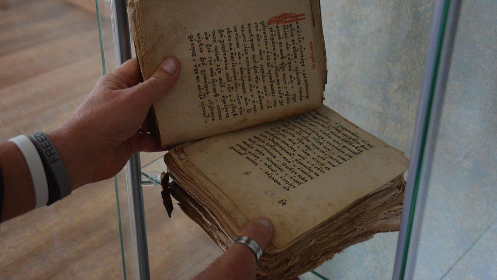 Gammal bok på museum vid sjön Peipus i Estland
