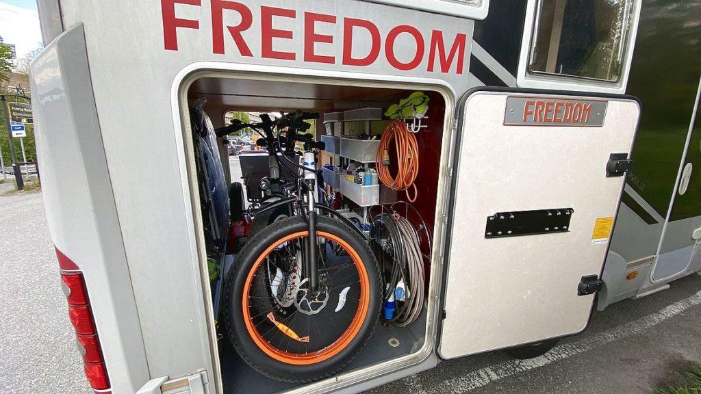 Plats för elcyklar i husbilens garage