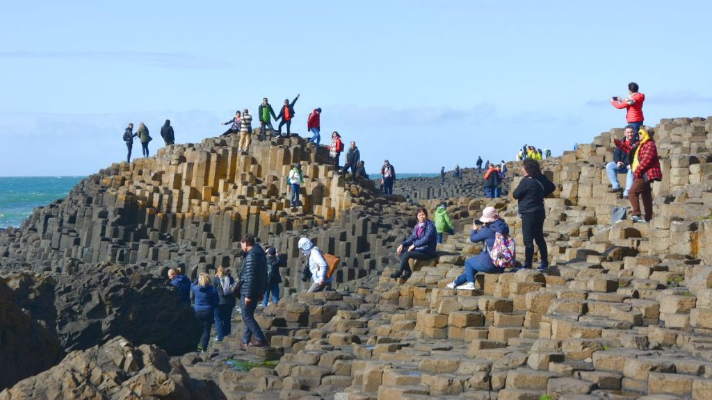 Turister vid Giant's Causeway i Nordirland