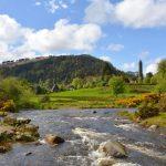 Den heliga klosterbyn Glendalough – och Irlands högsta vattenfall