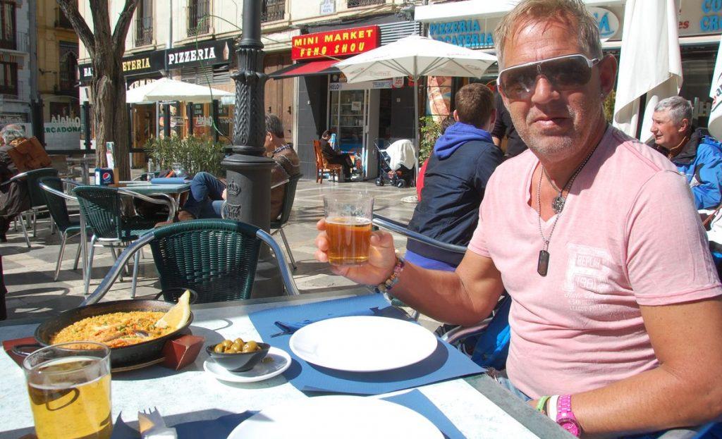 Öl och paella i solen på Plaza Bib Rambla