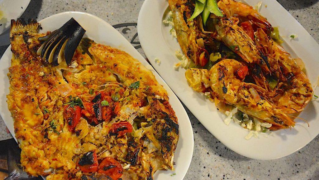 Grillad fisk och grillade räkor