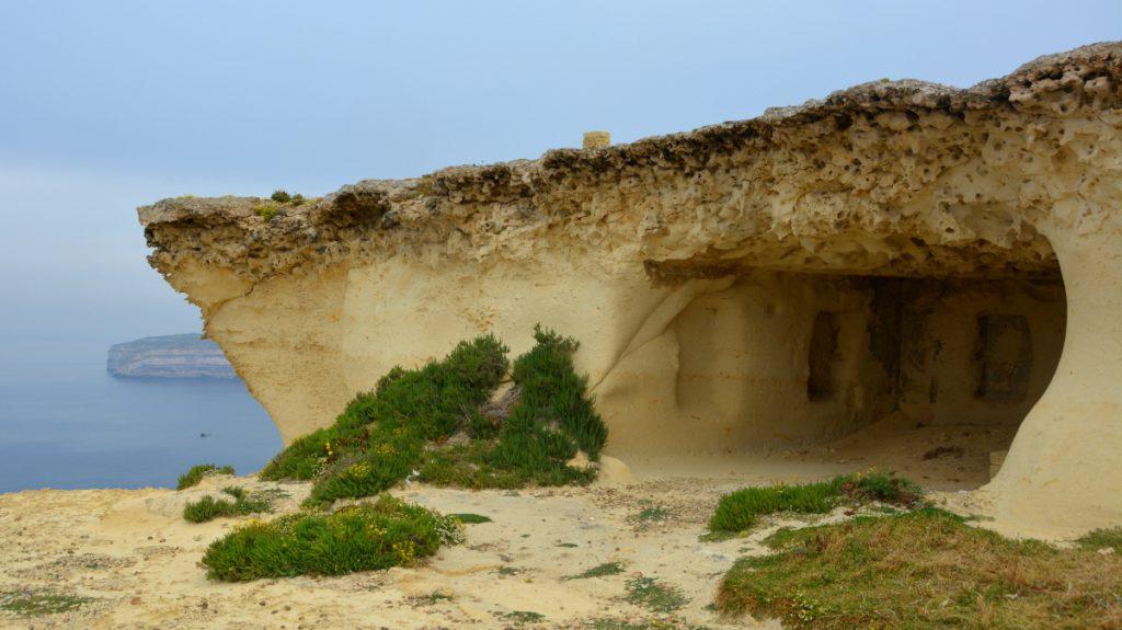 Att göra på Gozo är tex att se en grotta när man cyklar