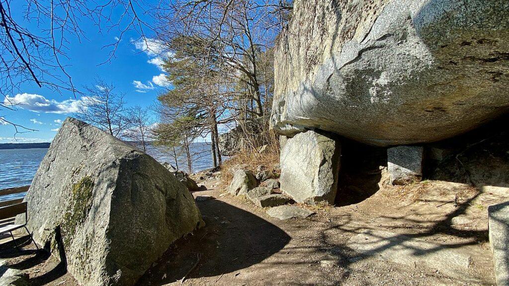 Slottsparken och grottan vid Rosersbergs slott