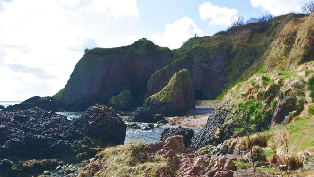 Stranden och grottan i Cushendun