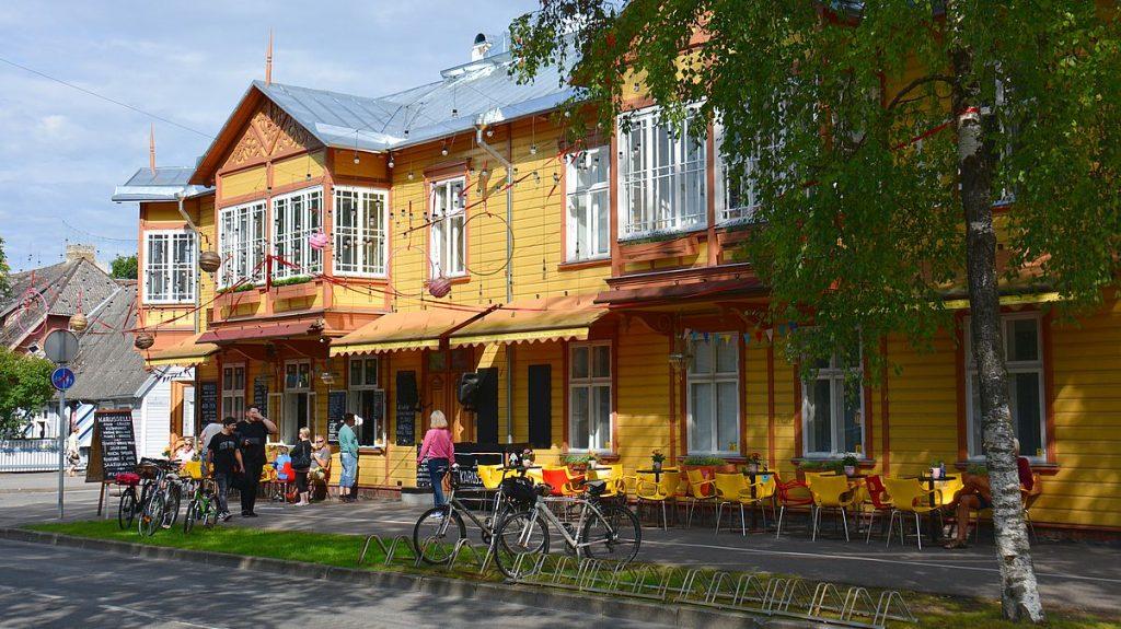 Gult hus i Pärnu i Estland