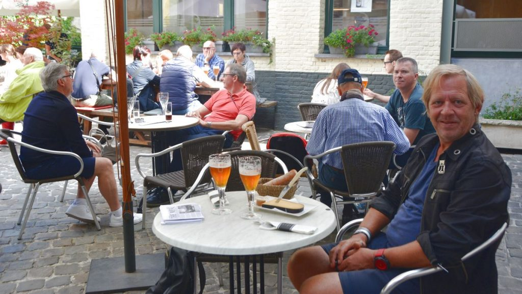 Med varsin belgisk öl på bryggeri i Brygge