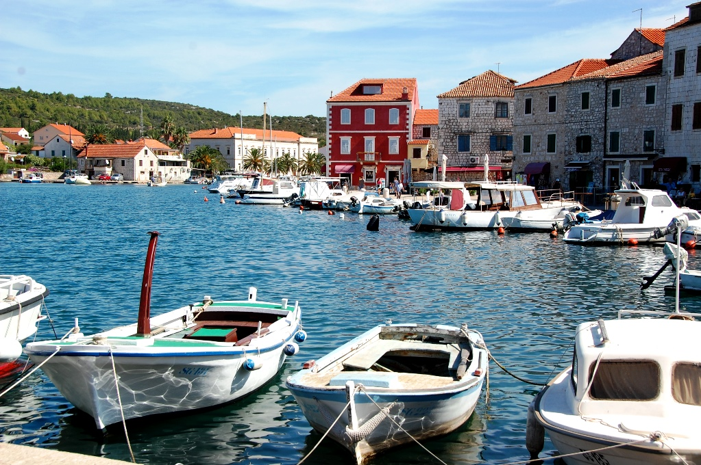 I hamnen ligger små och stora båtar och det finns gott om båtturer för turister
