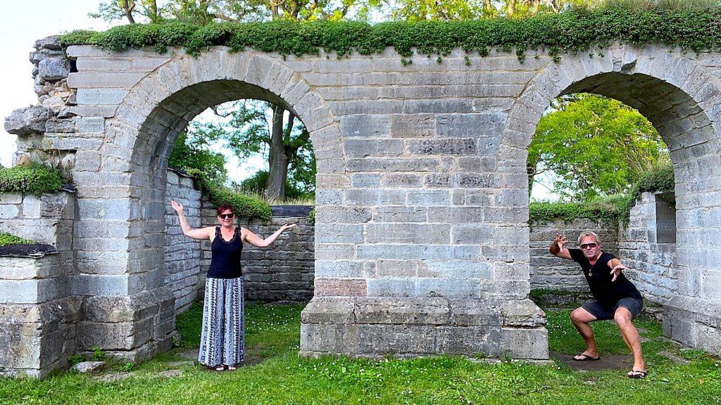 Helena och Peter i Alvastra klosterruin