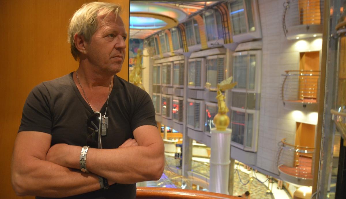 Peter i en av fartygets hissar