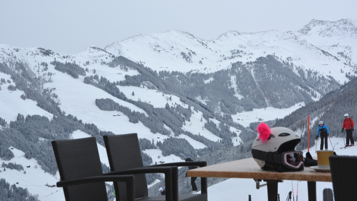 Hjälm med öron i Alpbachtal i Österrike