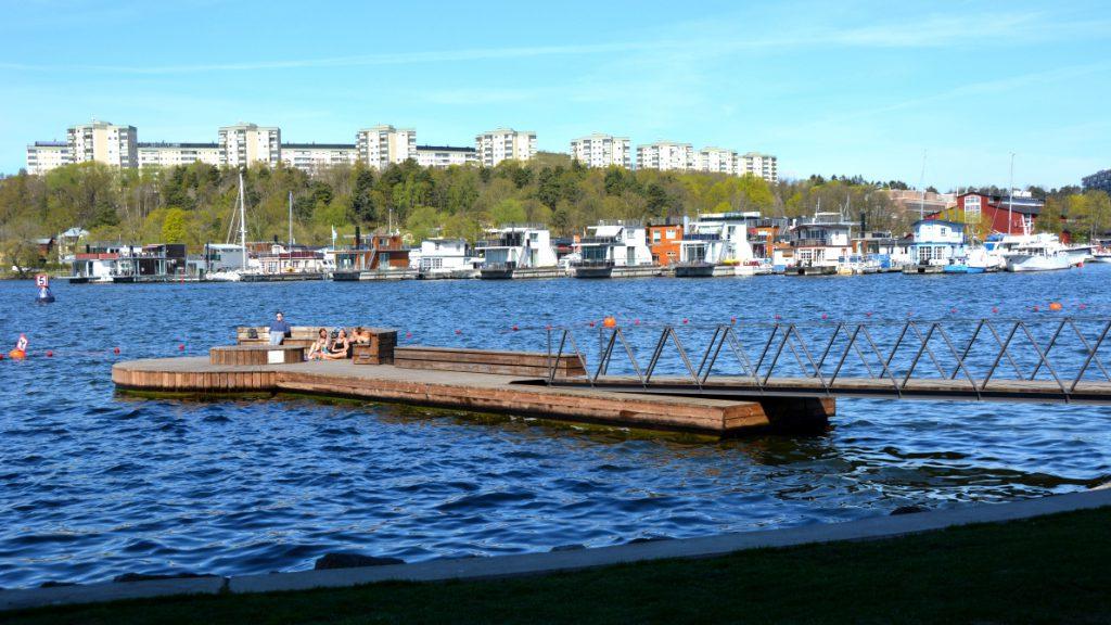 Många njuter av solen på bryggarna - och vi har även sett några som badat!