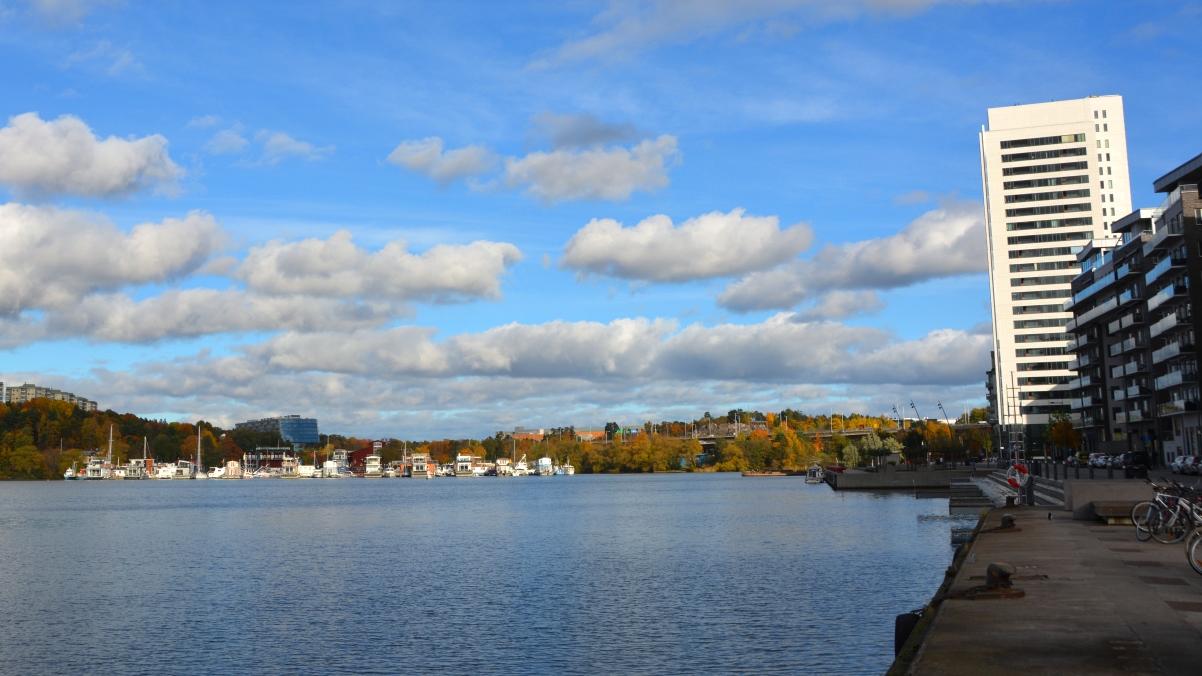 Husbåtar till vänster - storstad till höger