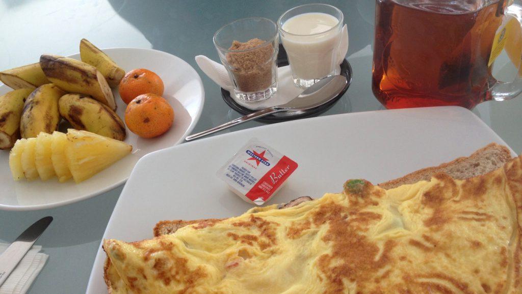Frukost med omelett och frukt på hotell i Malaysia