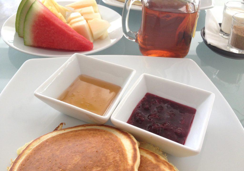 Frukost med pannkakor och frukt på hotell i Malaysia