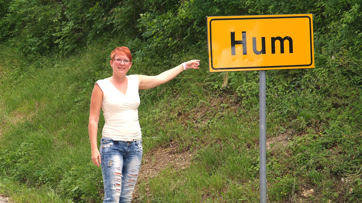 På väg in i staden Hum (där vi tror att det ska bli ensamt)