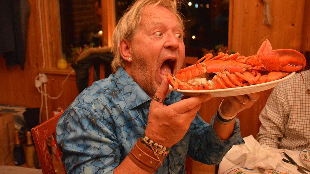 Peter äter hummer