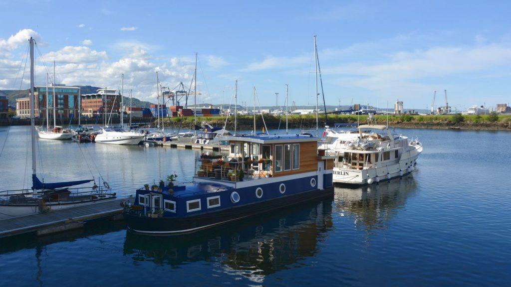 Husbåt i Belfast i Nordirland