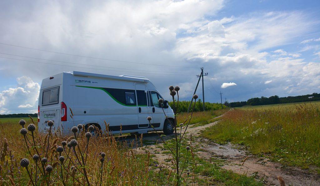 Husbil i Estland, vid klipporna i Ontika