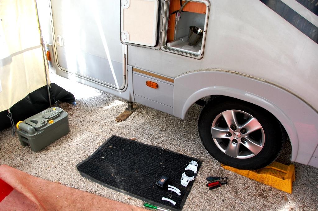 När vi var i Kroatien gick vår husbilstoalett sönder - alla reparationer och allt underhåll har vi inkluderat i vår kostnad för 1 års husbilsresa