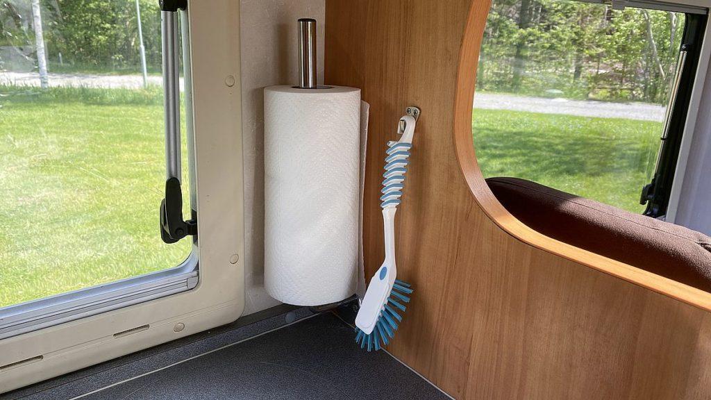 Smarta lösningar i husbilen - vägghängd hållare för hushållsrullen