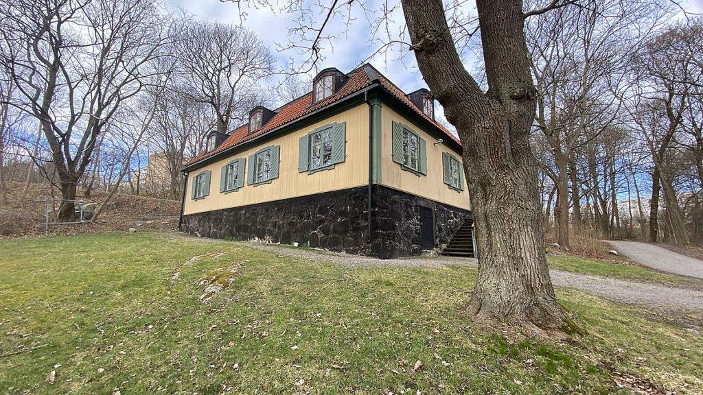 Huvudsta gamla slott ligger vid Huvudsta gård