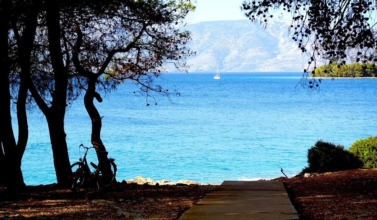 Höst i Kroatien - en gångväg ner till en av alla stränder på Hvar