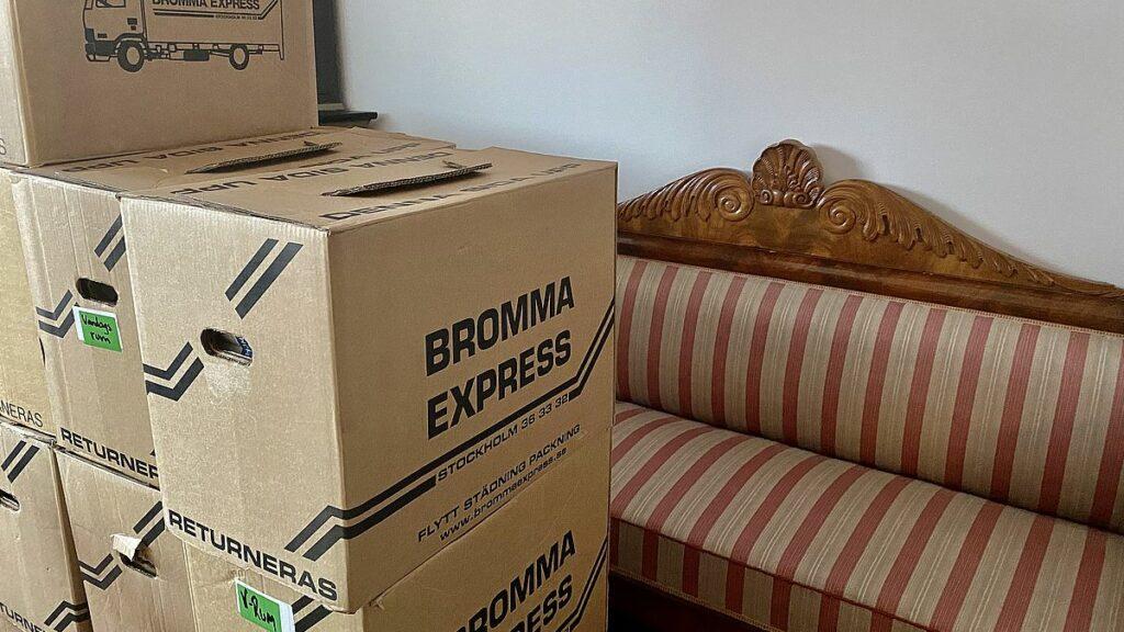 Att hjälpa till med flytt och packa upp kartonger