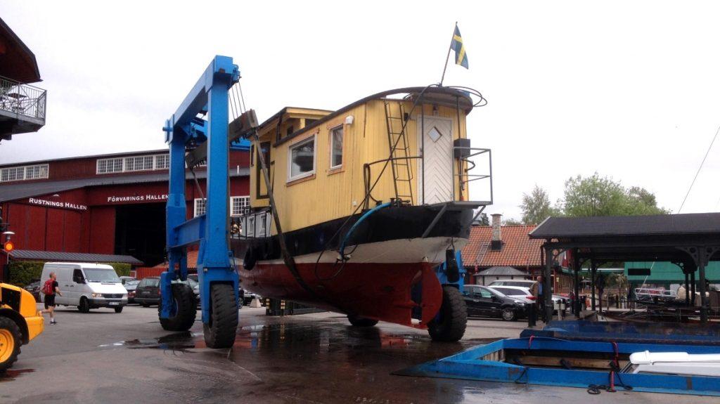 Idag lyftes husbåten