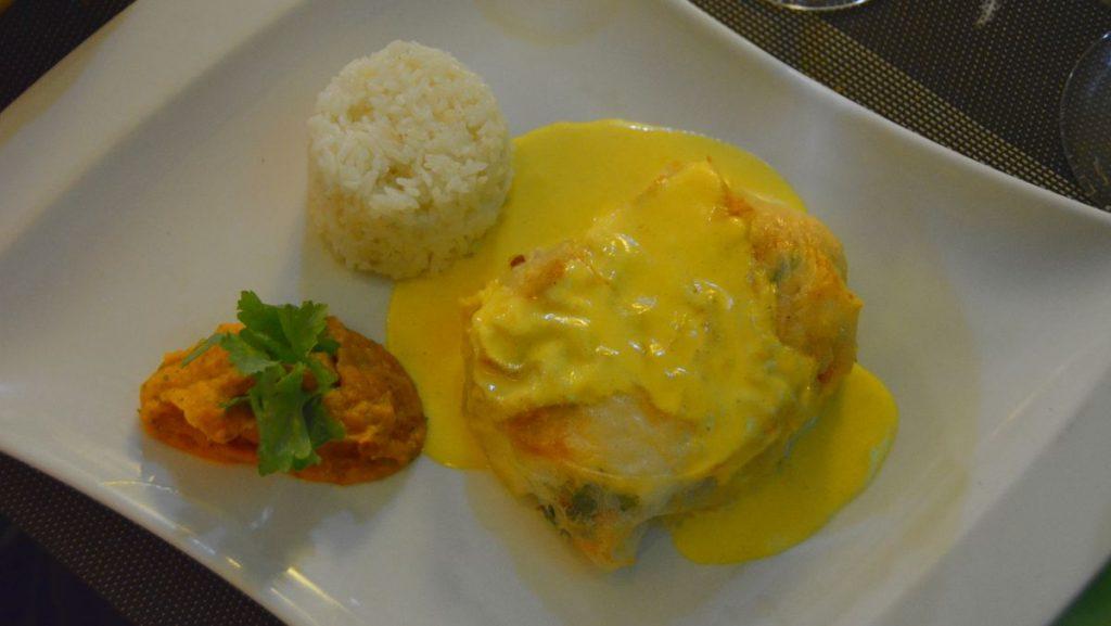 Två sorters inbakad fisk med ris och saffranssås